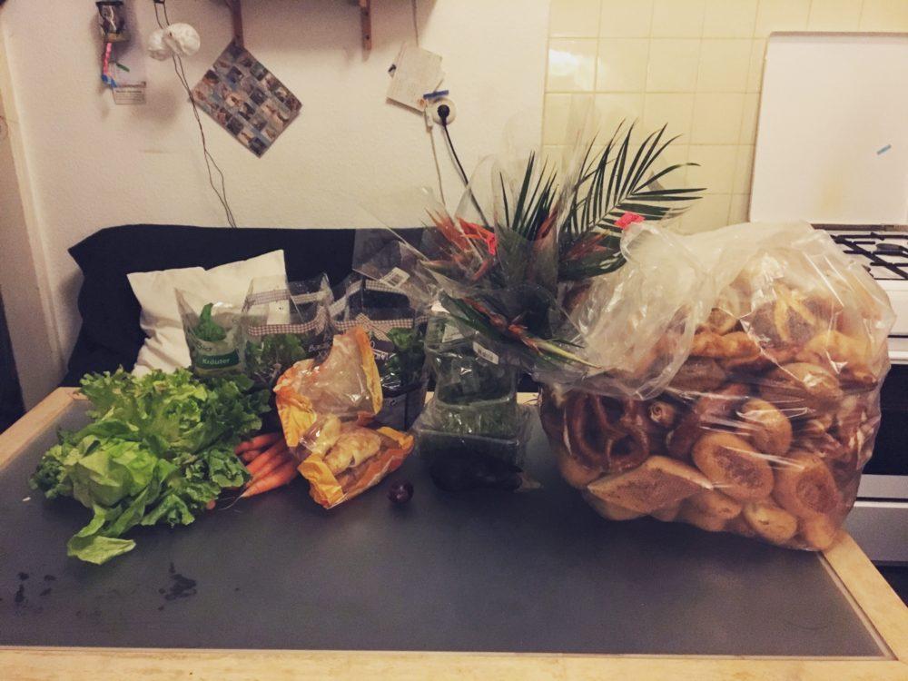Hier sind die Funde vom letzten Containern zu sehen. Unter anderem gab es Salate, Blumen und auch wieder eine Menge Brot