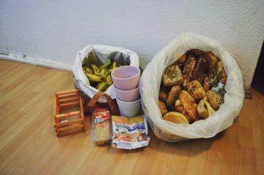 Jeweils eine Tasche voll mit Brot und Bananen ca. 5 - 10 Kg, Vasen, und einige Fertiggerichte die weggeworfen wurden.