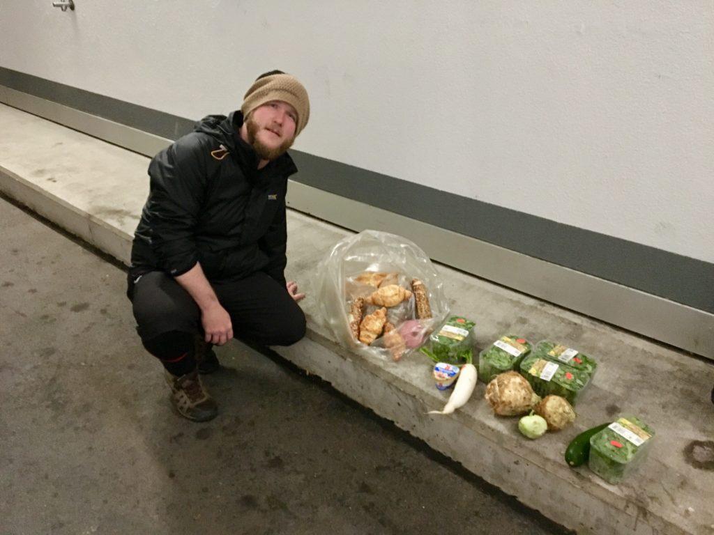 Miklos Mateka neben dem Essen das wir gefunden haben