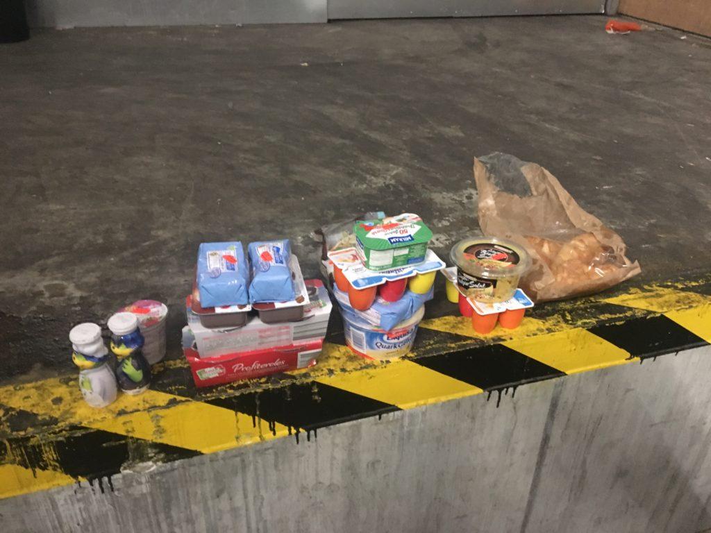 Weggeworfenes Essen beim Supermarkt Netto. Größtenteils Milchprodukte