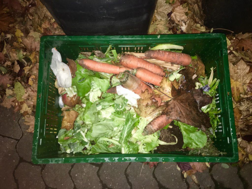 Lebensmittel die der Edeka Supermarkt in einer Kiste neben der Mülltonne hingestellt hat