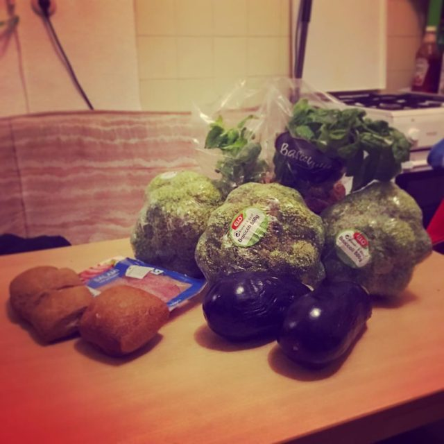 broccoli aubergine brtchen eine Packung Salami und jeweils Eine Basilikumhellip