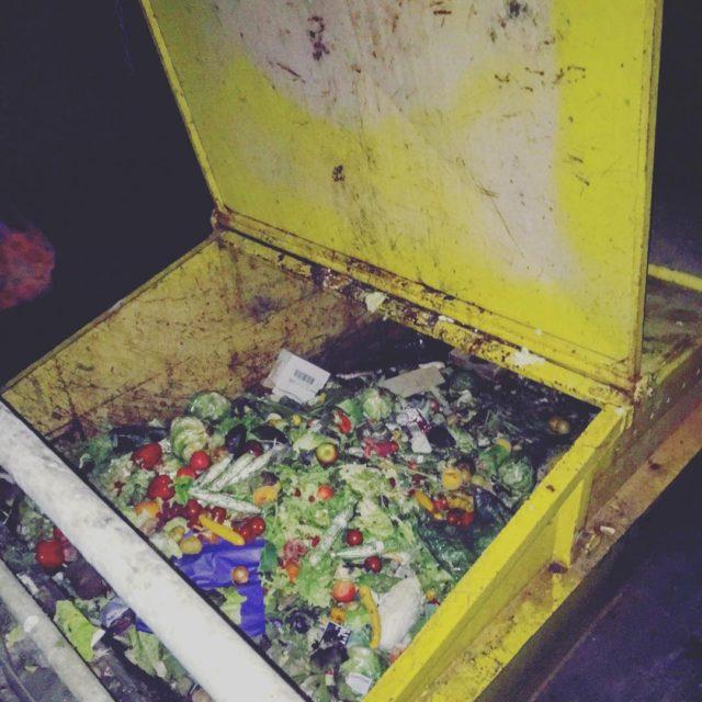 Ein riesen container Alles was hier weggeschmien wird liegt frhellip