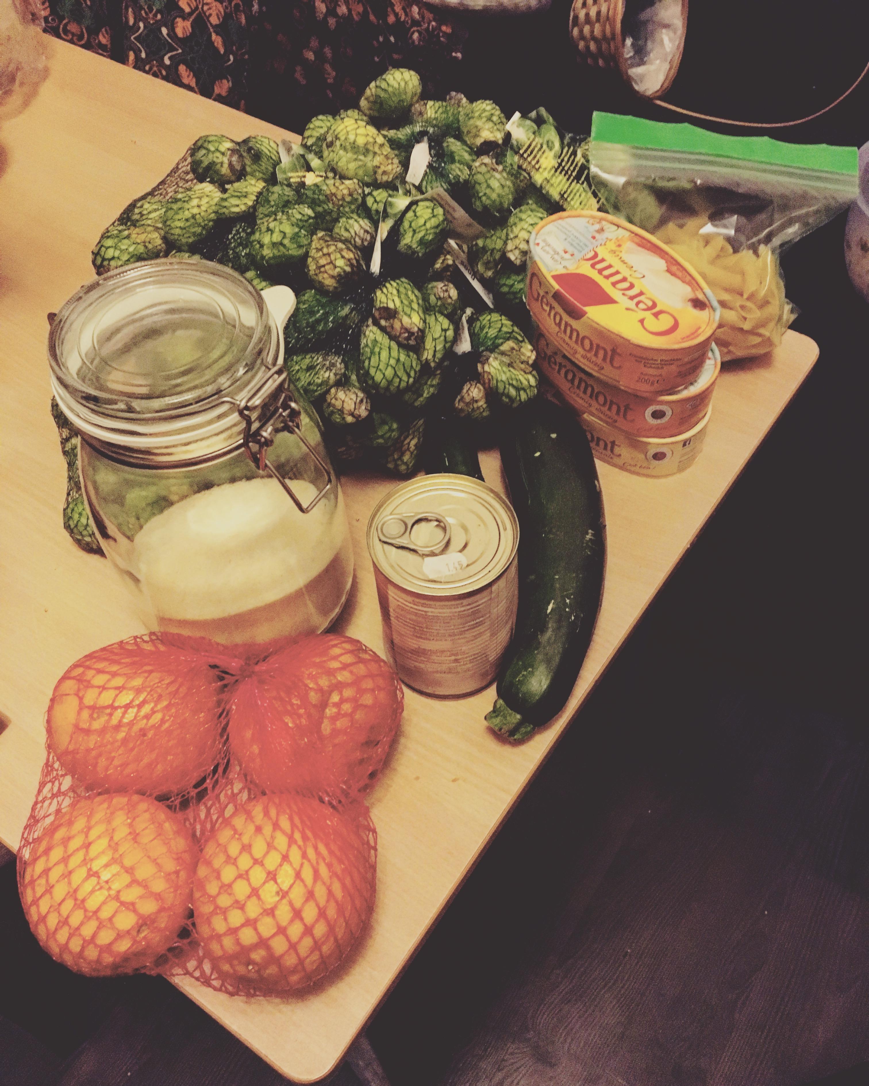 Essen das wir beim Containern gefunden haben, diesmal Rosenkohl, Käse, Grieß, Grapfruits und eine Gurke