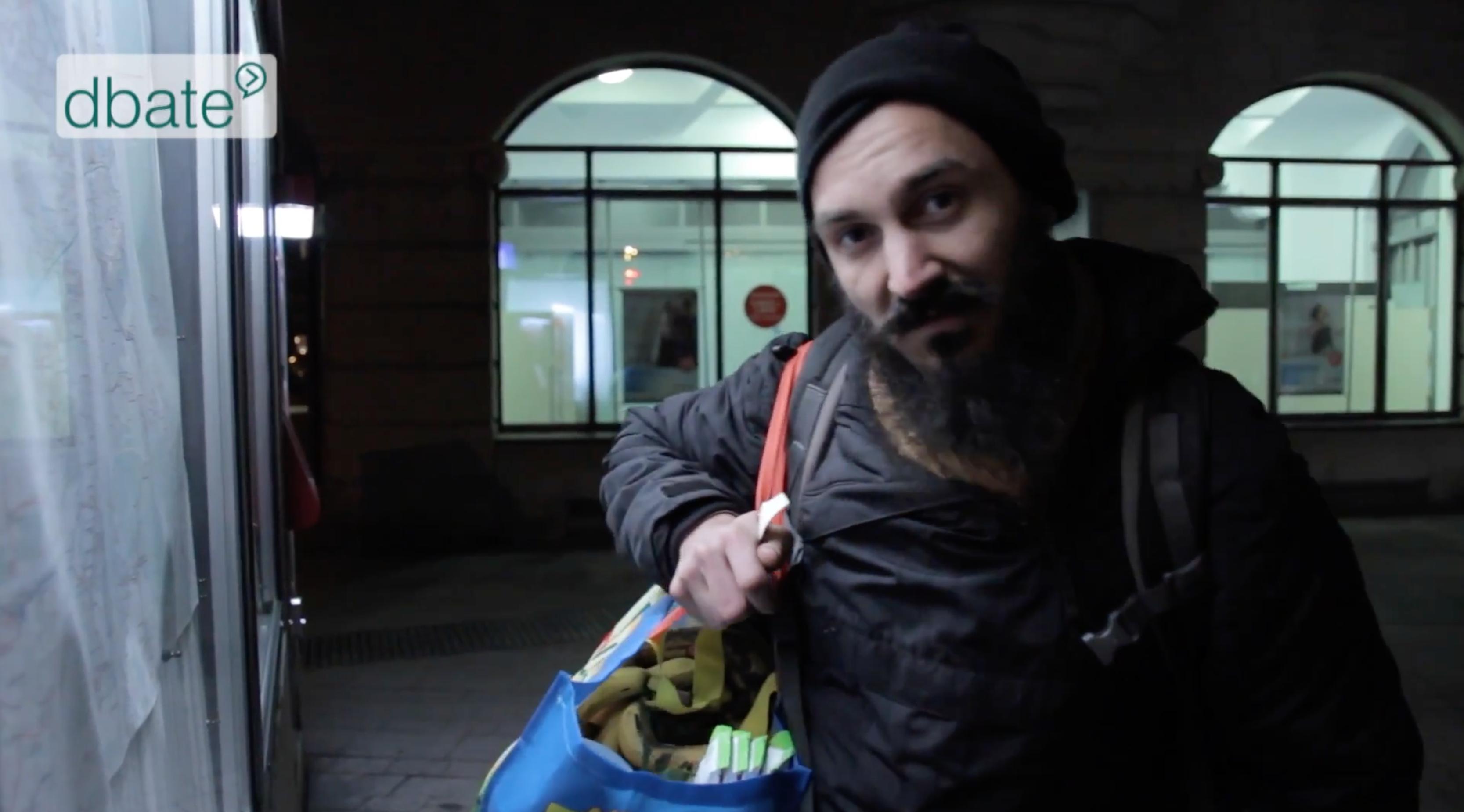 Alex Cio nach dem Containern in Nürnberg in einer Dokumentation von Dbateonline.de